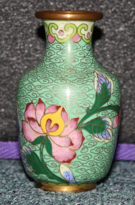 CHINA- kleine Cloisonné - Vase 1. Hälfte 20. Jhd. Marke. Ohne Feine Emaileinlagen auf Messing Maße: Höhe 8 cm Zustand. s