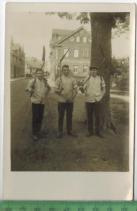 Unbekannter Ort, drei Männer gehen zur Heuernte Verlag: -----, POSTKARTE Erhaltung: I-II, Karte wird in Klarsichthülle v