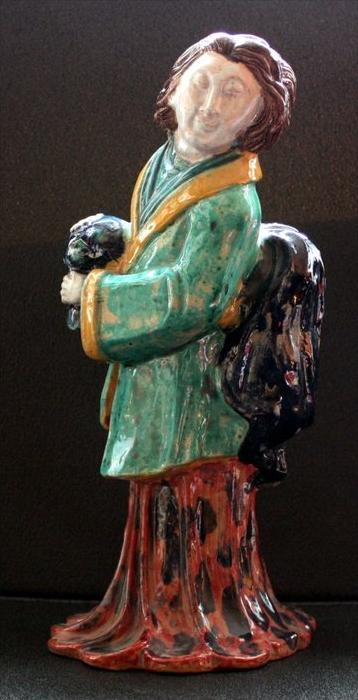 Alte Terrakotta Figur zeigt eine chinesische Frau 20 Jh.Material: Keramik, glasiertMarke: mit MonogrammMaße: Höhe 31cm.Z