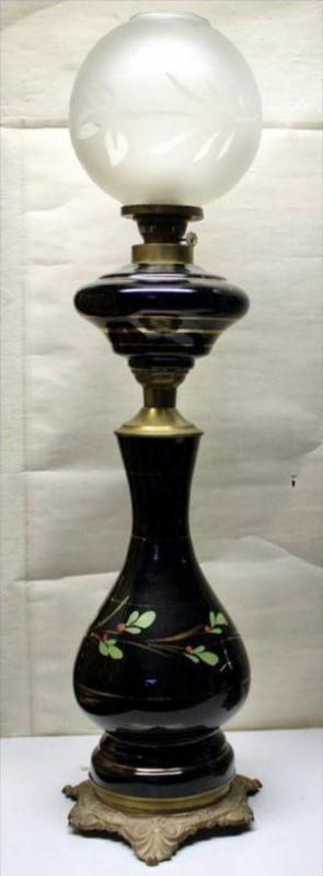 Frankreich Petroleum-Lampe, Jugendst. 2. H. 20. Jh.Einflammig. Schwarzer, bauchiger Glaskorpus mit umlaufender,stilisier
