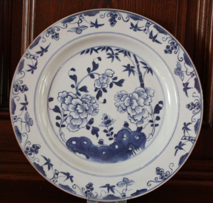 CHINA, Porzellanplatte, Quianlong 1736-1795Marke: ohne, sehr feines PorzellanMotiv: Bambus und Phäonien, Fahne mit Lotos