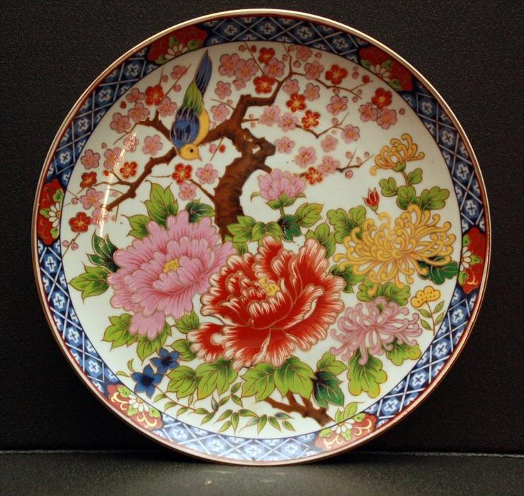 CHINA – Porzellanteller Volksrepublik um 1960 Marke: Ohne Motiv: Fahne mit Ornamenten und 6 x Blumenkartuschen Spiegel ü
