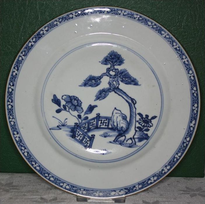 Porzellanteller, China, Qing-Dynastie, Qian-Long, 1736-1795 n. Chr., unterglasurblaue Bemalung einer kleinen Garten-Szen