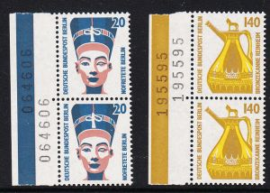 BERLIN 1989 Michel-Nummer 831-832 postfrisch SATZ(2) vert.PAARE RÄNDER links - Sehenswürdigkeiten: Nofretete-Büste, Berlin / Bronzekanne, Reinheim
