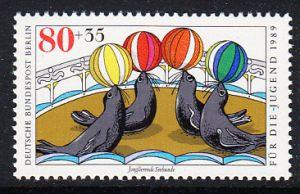 BERLIN 1989 Michel-Nummer 840 postfrisch EINZELMARKE - Zirkus: Jonglierende Seelöwen