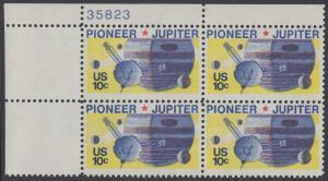 USA Michel 1164 / Scott 1556 postfrisch PLATEBLOCK ECKRAND oben links m/ Platten-# 35823 - Pioneer-Programm zur Erforschung des Planeten Jupiter; Raumsonde Pioneer, Planet Jupiter mit Monden