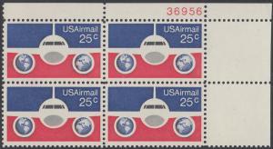 USA Michel 1200 / Scott C089 postfrisch Luftpost-PLATEBLOCK ECKRAND oben rechts m/ Platten-# 38956 - Flugzeug mit Erdhalbkugeln