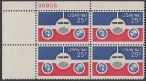 USA Michel 1200 / Scott C089 postfrisch Luftpost-PLATEBLOCK ECKRAND oben links m/ Platten-# 38956 - Flugzeug mit Erdhalbkugeln