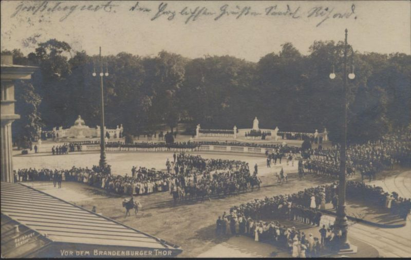 Militaria Ansichtskarte Foto Brandenburger Tor Berlin Militärparade Passanten