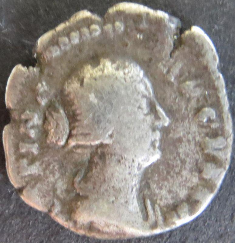 Römische Münze Faustina 161-180 Denar RS: Victoria mit Schild u. Speer s