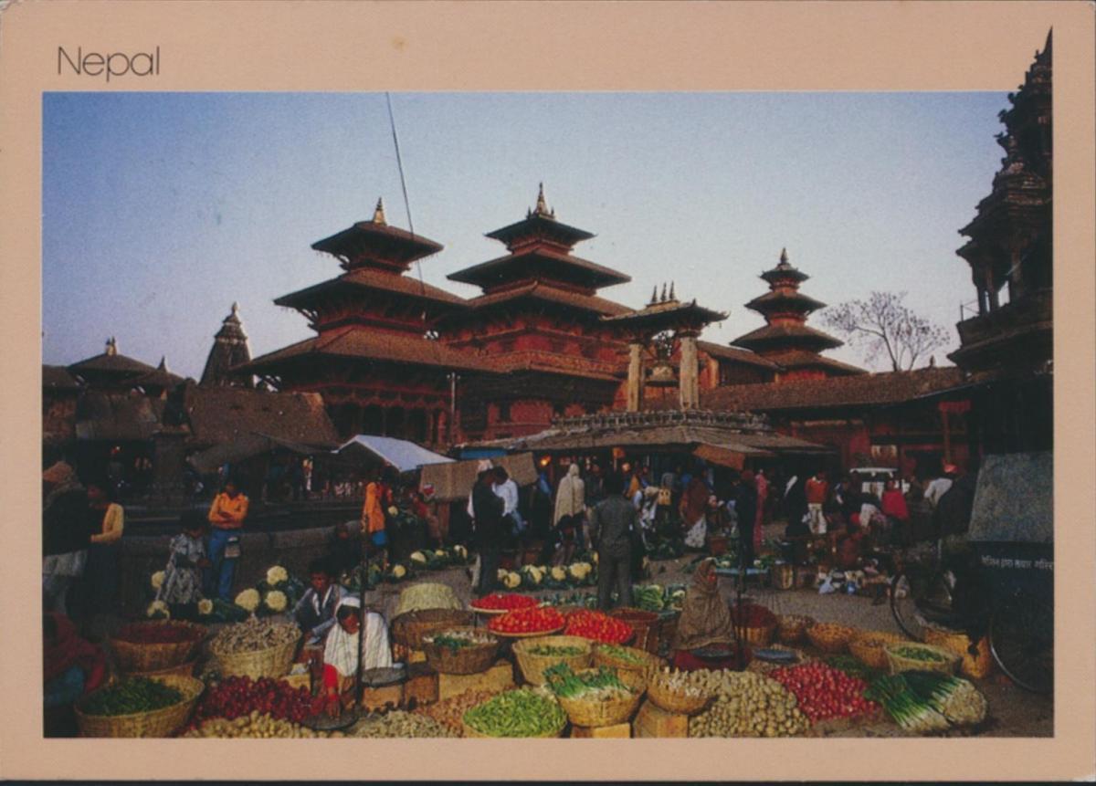 Nepal Ansichtskarte 494 Markt in den Tempeln von Patan nach Augsburg 1
