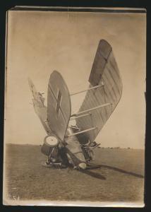 Foto Flugzeug abgestürzt Original altes Foto 129x180mm auf dem Rupf steht die
