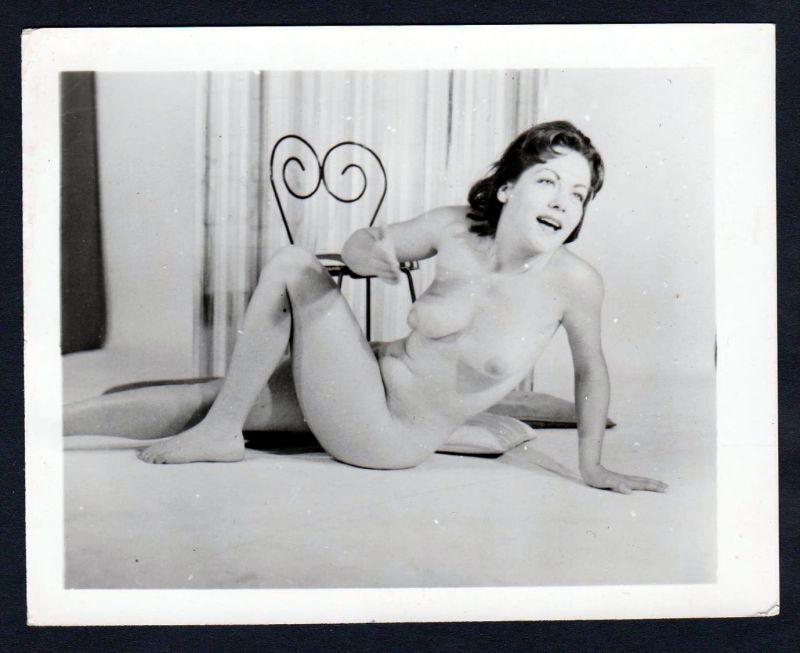 Akt nackt FKK Erotik nude Aktfoto vintage pin up Foto photo Stuhl boobs