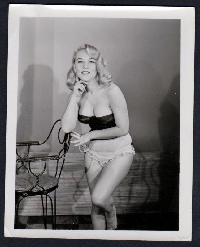 Unterwäsche lingerie Blondine Stuhl Erotik nude vintage Dessous pin up Foto photo