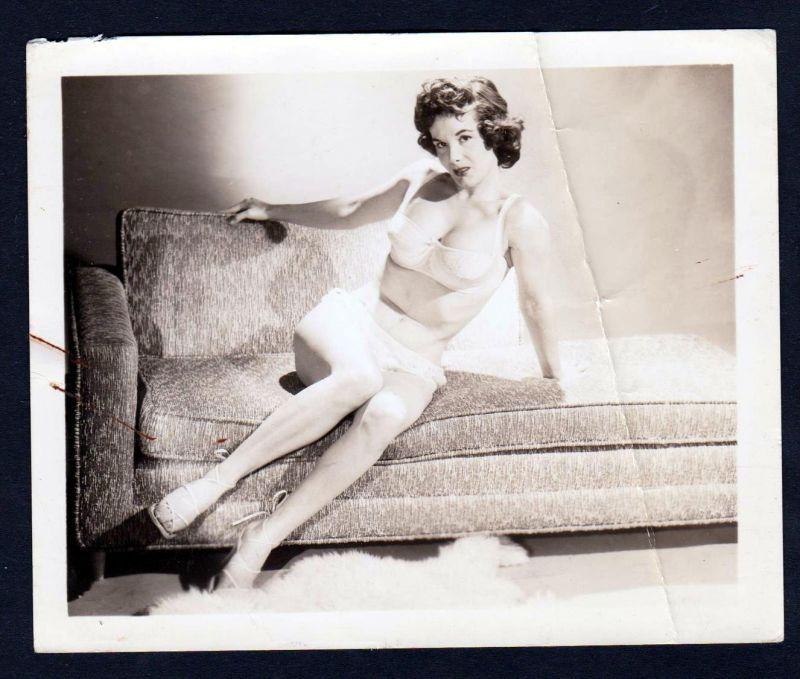 Unterwäsche lingerie Erotik nude Sofa vintage Dessous pin up Foto photo