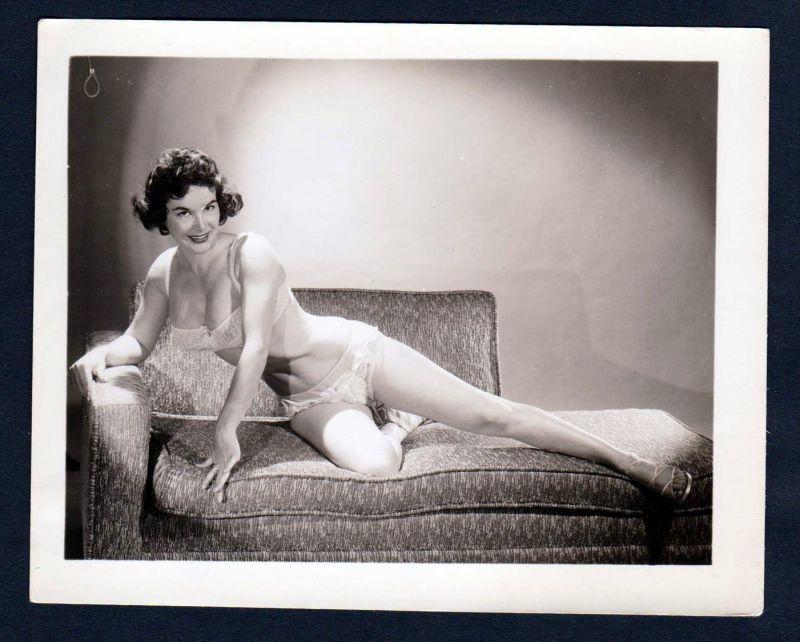 Unterwäsche lingerie Erotik nude vintage Dessous pin up Foto photo Sofa