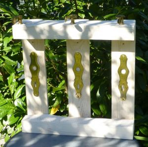 DIY Upcycling Wandpanel / Garderobe aus Palette mit Messing Türklinken - Palettenmöbel