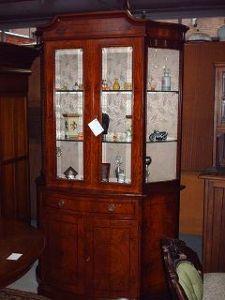 magahoni vitrine schranck und siteboard mit spiegel aufzatz
