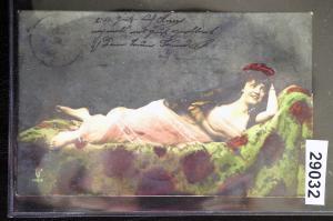 Künstler-Ansichtskarte Frau im rosa Kleid liegend auf dem Sofa, gelaufen 1906