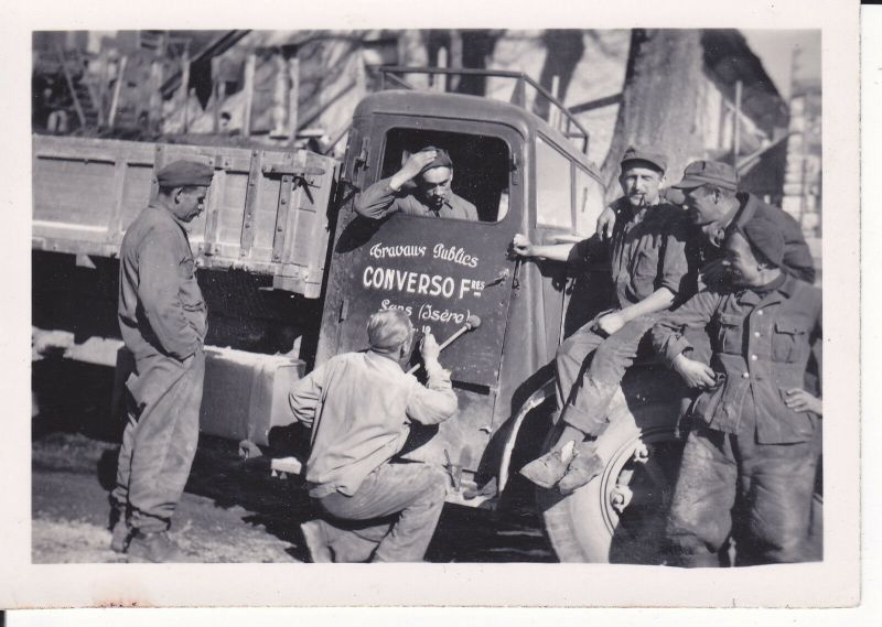 Orig. Foto Gruppe Arbeiter Soldaten mit Lastwagen Beschriftung ca. 1940