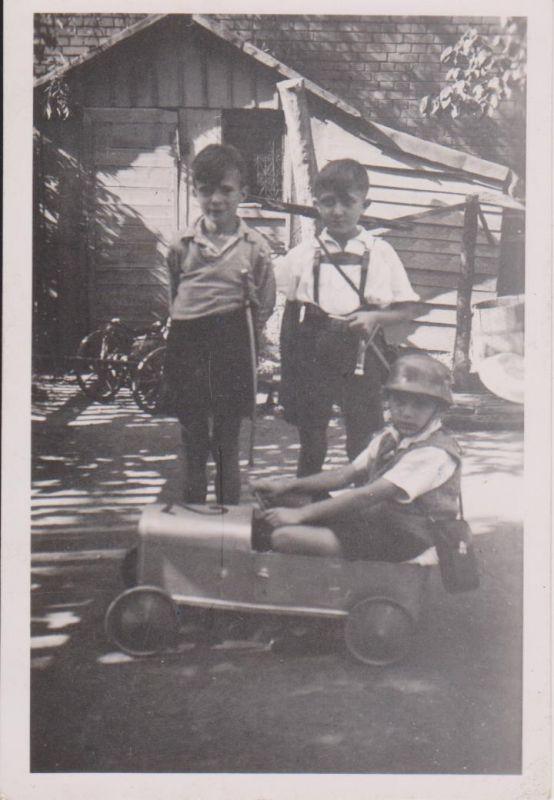 Orig. Foto Kinder Jungen mit Tretauto Seifenkiste