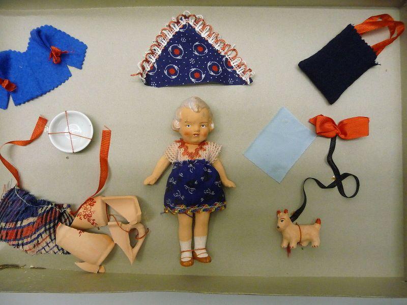 Kleine alte Puppe aus Ton mit Zubehör Kleidung Hund im Originalkarton ca. 1930