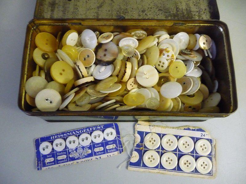 Blechdose Singer Nähmaschinen-Zubehör gefüllt mit weißen Knöpfen