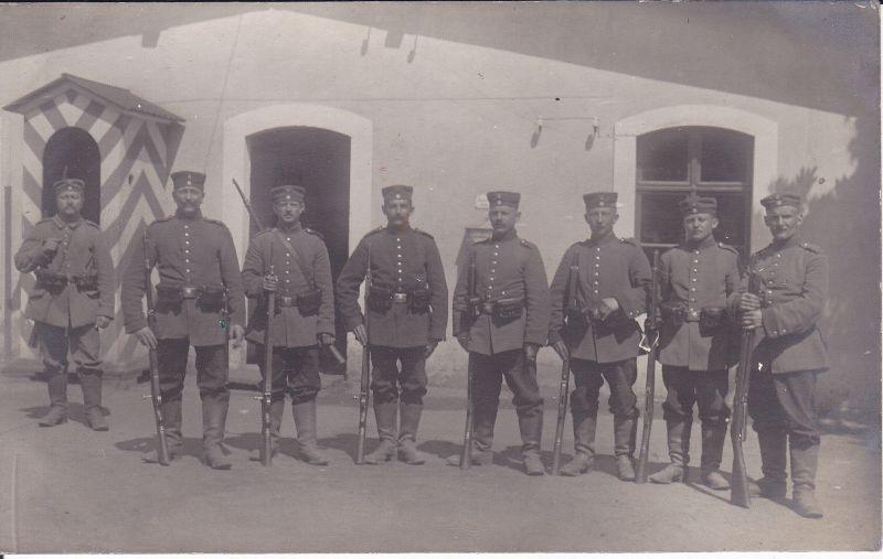 Orig. Foto Postkarte Soldaten Gruppenbild vor Wachhäuschen WK I