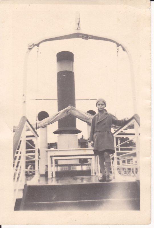Orig. Foto Kind an Deck eines Schiffes ca. 1940