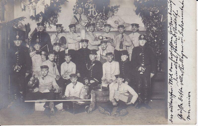 Orig. Foto Postkarte Soldaten Stube Scherzfoto / Riesa Sachsen 1908