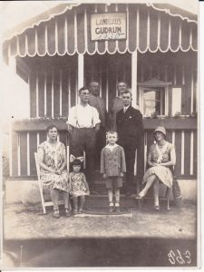 Orig. Foto Gruppenbild Personen Hütte Pavillon Landhaus 1930
