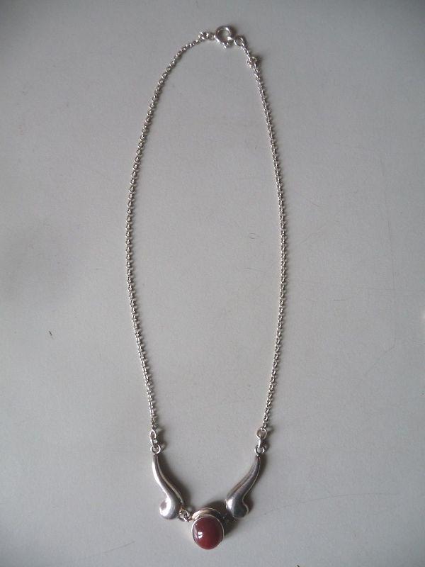 Kette Silber mit rotem Stein / Ostseeschmuck Fischpunze