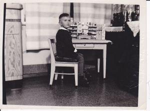 Orig. Foto Kind Junge mit Spielzeug-Kaufmannsladen ca. 1950