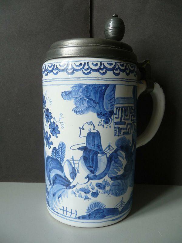 Walzenkrug Bierkrug Asien-Motiv blau weiß Keramik Zinndeckel