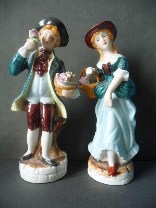 2 Porzellanfiguren Galantes Pärchen Kavalier und Dame Rosenkavalier Blumenkorb