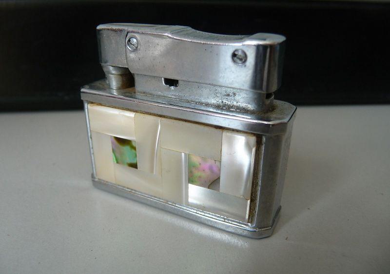 Feuerzeug mit Perlmuttverzierung / Pinnacle Lighter