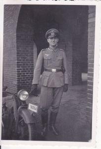Orig. Foto Soldat Uniform mit Motorrad