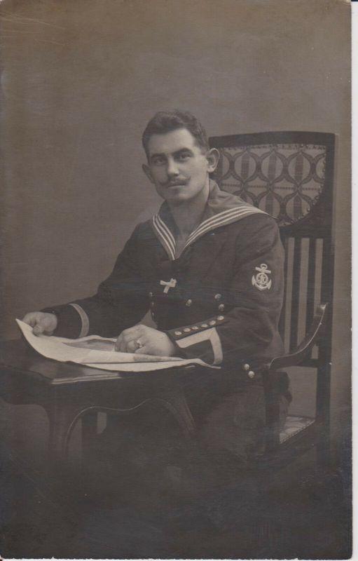 Orig. Foto Soldat Matrose sitzend Ärmelabzeichen Kaiserl. Marine WKI