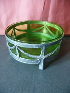 Kleine runde Schale mit Glaseinsatz grün / Jugendstil Girlanden