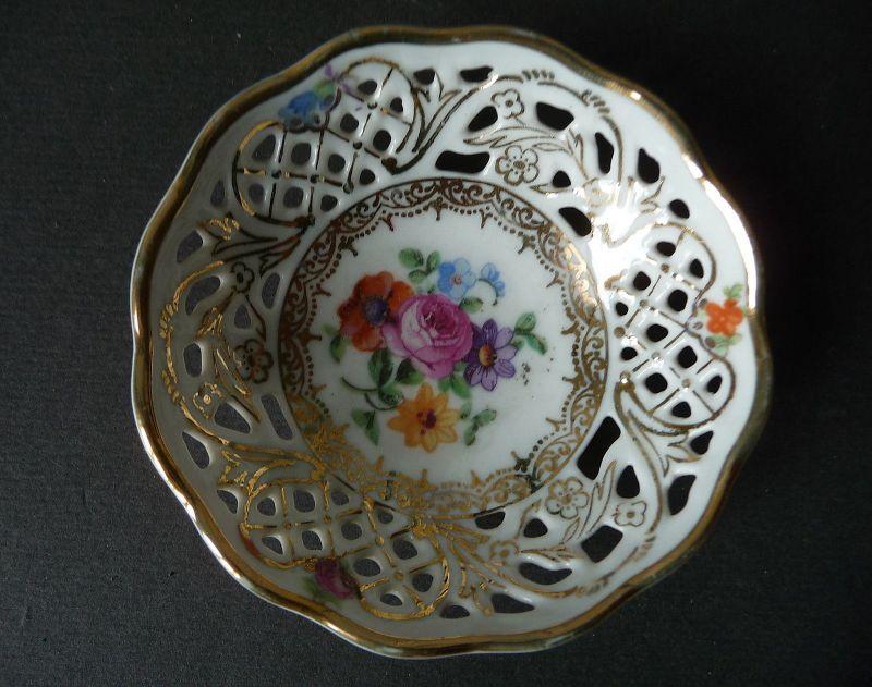 Kleine Schale Miniaturschale mit Durchbruchrand Blumendekor / Schumann Porzellan