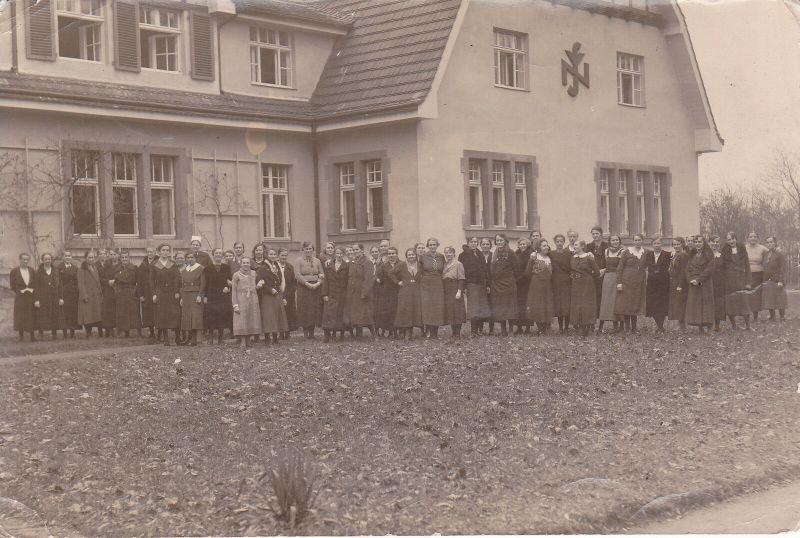 2 x Orig. Foto Gebäude Heim Ferienheim mit Frauengruppe ca. 1940 Bautzen?