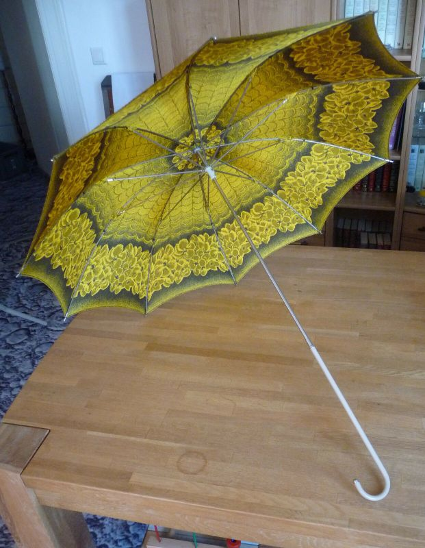 Alter Regenschirm gelb-schwarz in Hülle DDR