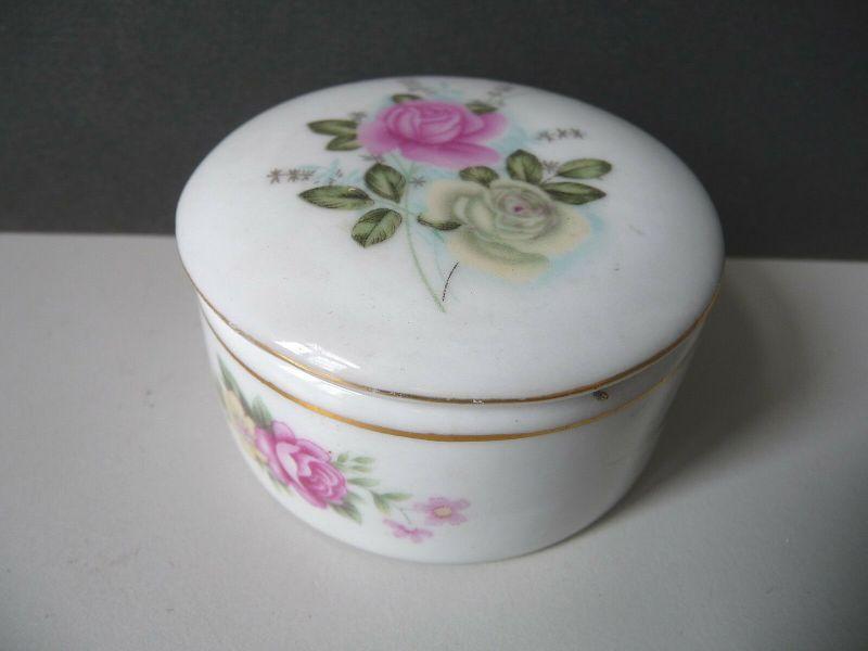 Kleine runde Porzellandose Pillendose Rosendekor