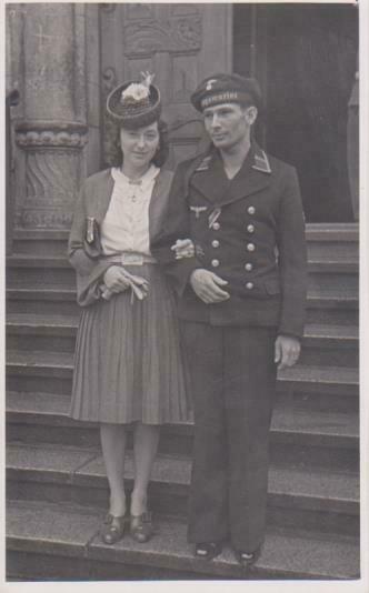 Orig. Foto Matrose Kriegsmarine Uniform Auszeichnung mit Braut Dresden