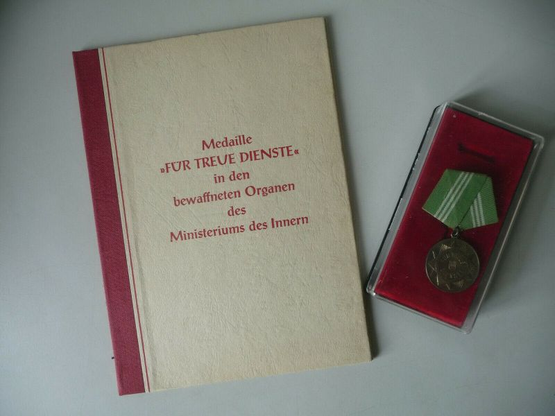 Auszeichnung Medaille und Urkunde Volkspolizei Treue Dienste 1958