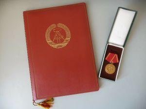 Auszeichnung Medaille und Urkunde Volkspolizei 25 Jahre Treue Dienste