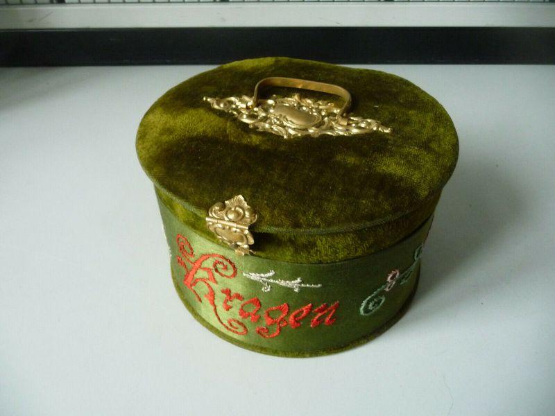 Alte Kragen-Schachtel Behälter grün bestickt