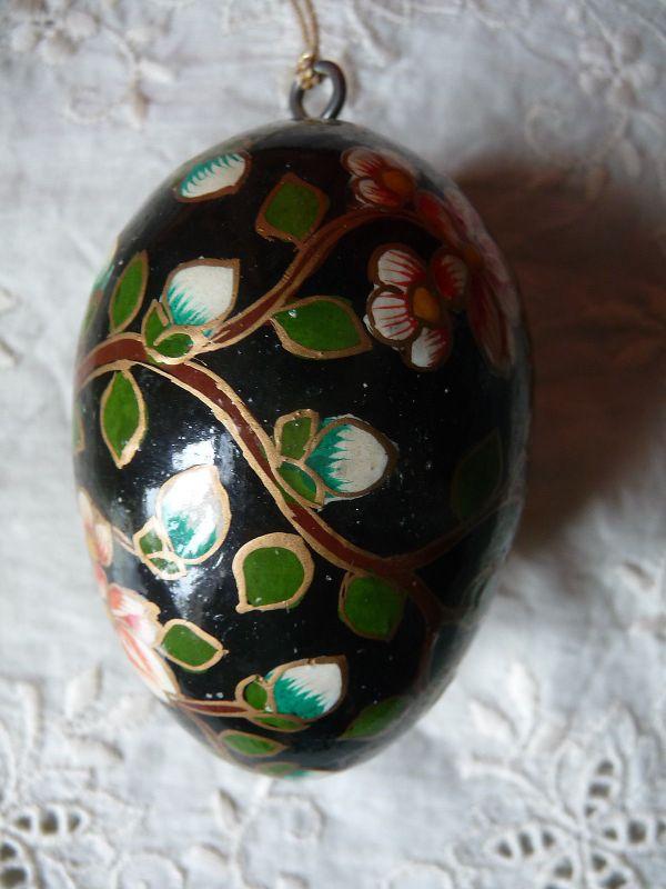 Osterei aus Holz bemalt schwarz grundiert Blumenmuster Osterdeko