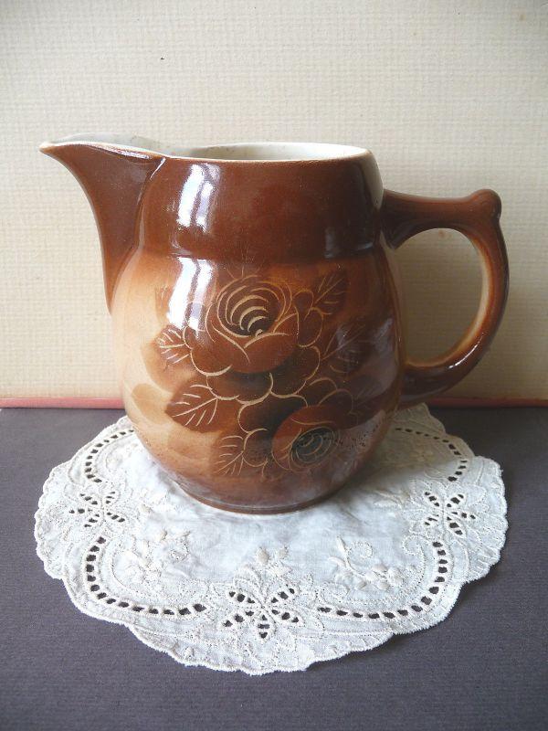 Schöner Keramik-Krug braun Blumendekor