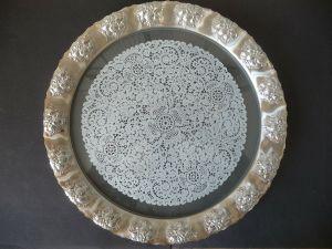 Platte Servierteller Metall Glas Spitzenmuster